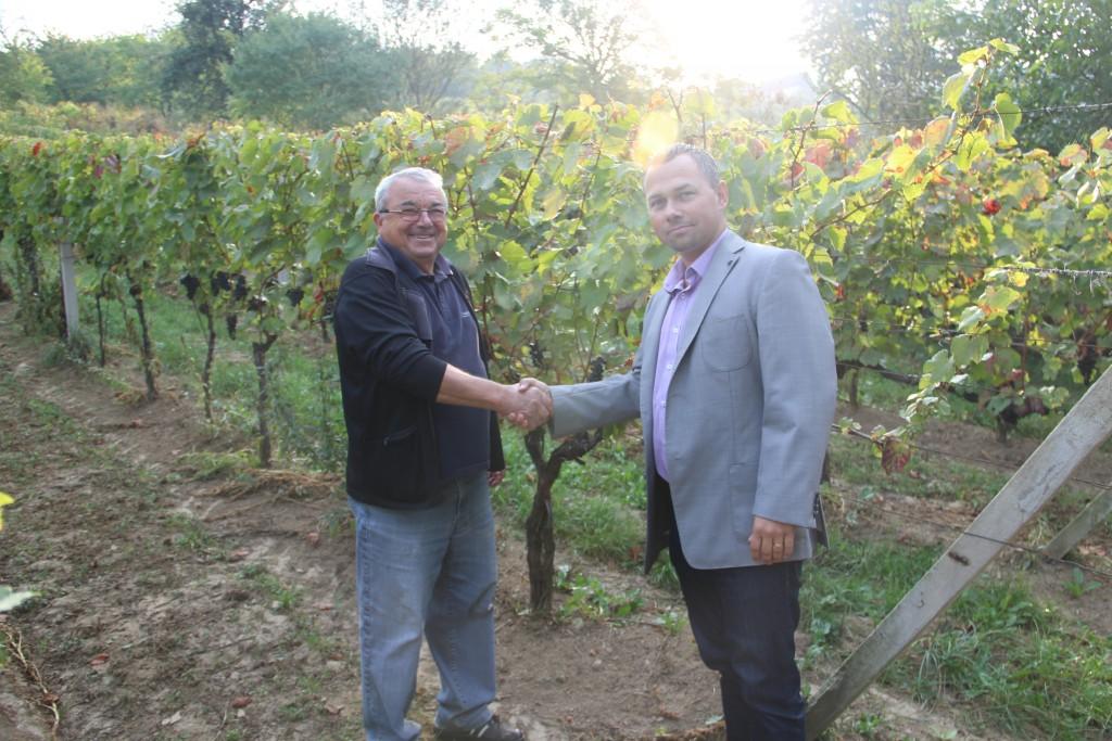Alojz Masaryk, aki szőlész és borász is egyben, 2016 áprilisában az egyik fagyok által károsított szőlőültetvényében Bán Daliborral, az Agra Biztosító igazgatójával. (Foto: Agra poistovna)
